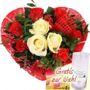 Blumen zum Muttertag - Rosenherz mit roten Rosen und drei weißen Rosen in der Mitte - für einen einzigartigen Menschen - online verschicken mit Blumenfee - dem schnellen und günstigen Blumenversand