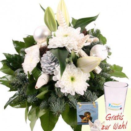 Winterstrauß mit weißer Lilie, Chrysanthemen und Tannenzapfen online bestellen und schnell und günstig verschicken.