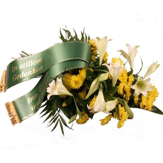 Trauerstrauß mit Lilien und Chrysanthemen in Gelb Weiß mit Trauerschleife