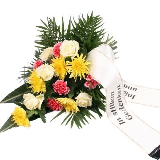 Trauerstrauß in Gelb Weiß Rosa mit Rosen, Nelken und Chrysanthemen mit Schleife