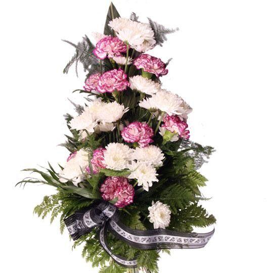 Grabstrauß mit Chrysanthemen und Nelken und Trauer Schleife